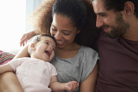 Crecer en un hogar bilingüe tiene beneficios cognitivos en la edad adulta: la ciencia nos explica por qué