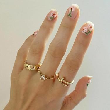 La manicura con cuentas multicolor es ideal para aprovechar los abalorios y bolitas cuando te canses de hacer pulseras