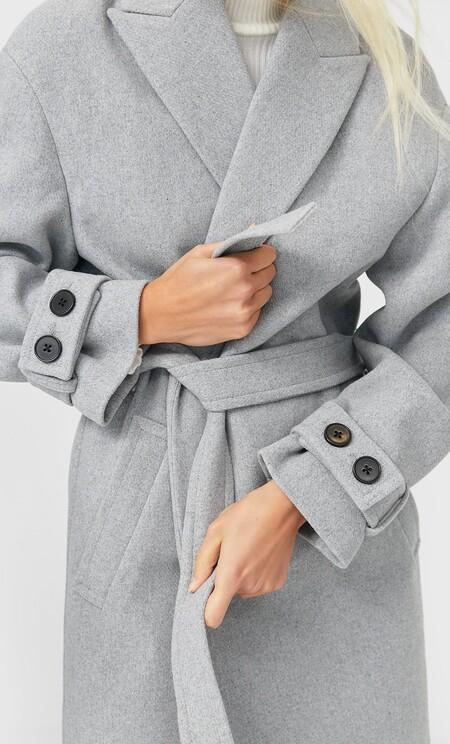 Stradivarius nos propone en sus rebajas los abrigos de tendencia para lucir todo el invierno