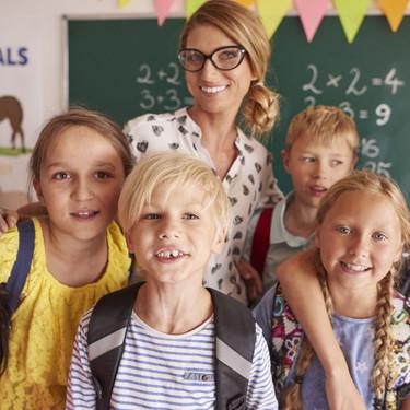 ¿Tenemos que hacer un regalo al profesor de nuestros hijos? No todos los padres están de acuerdo