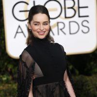 """Emilia Clarke se hace un """"Juego de Tronos"""" en los Globos de Oro 2016"""