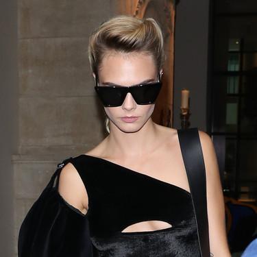 Este look en negro de Cara Delevingne probablemente sea lo más cool que hemos visto durante todo el mes de agosto