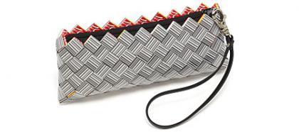 Un bolso hecho de códigos de barras, ideal para compradictas