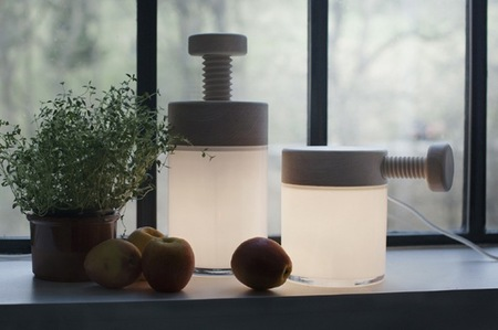 Turn permite atenuar la luz con sus tornillos de madera