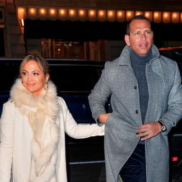 Jennifer López sabe mezclar las zapatillas más famosas del momento con su impresionante anillo de compromiso y un bolso millonario