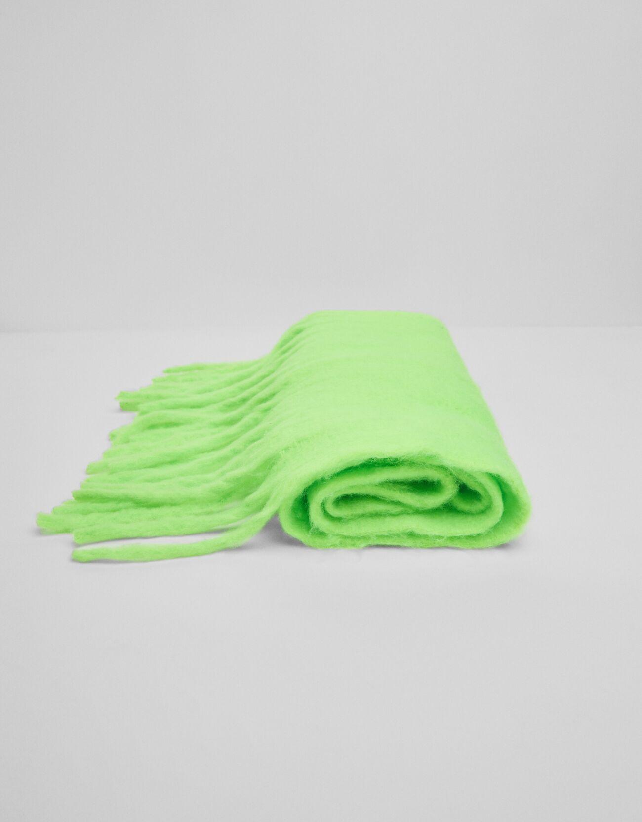 Bufanda con flecos en verde neón.