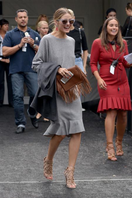 Con vestido gris