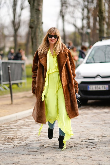 combinar abrigo marrón mujer