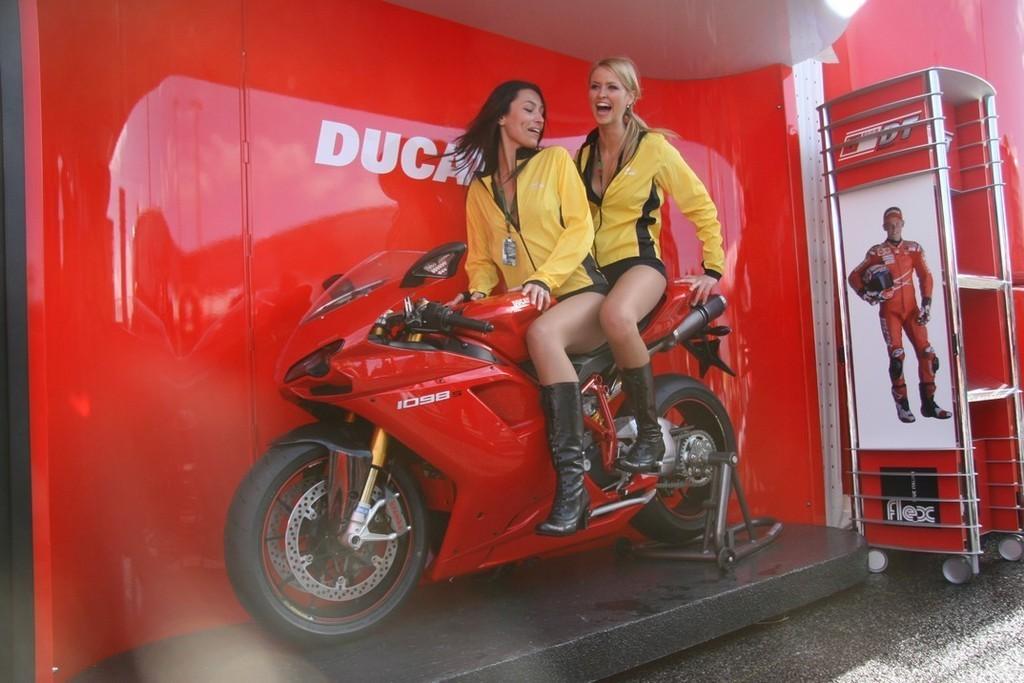 Foto de Las pit babes de Estoril en una Ducati 1098 (19/35)