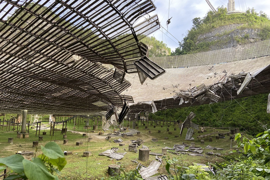 Un cable roto ha bastado para destrozar parte de Arecibo, uno de los radiotelescopios más grandes y potentes del mundo