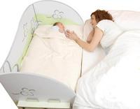 Cuna de cartón para adosar a la cama de los padres