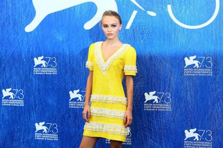 Lily-Rose Depp y su trajecito amarillo perteneciente a la colección Crucero de Chanel
