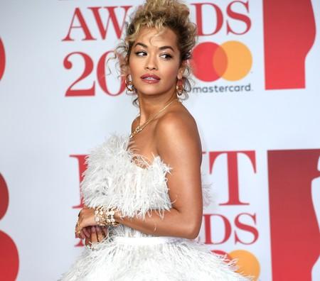 Rita Ora se viste de novia llena de plumas para deslumbrar en la alfombra roja de los Brit Awards 2018