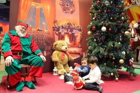 Navidad arbol y niños