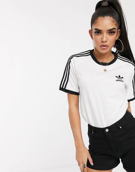 Camiseta Blanca Con Tres Rayas Adicolor De Adidas Originals