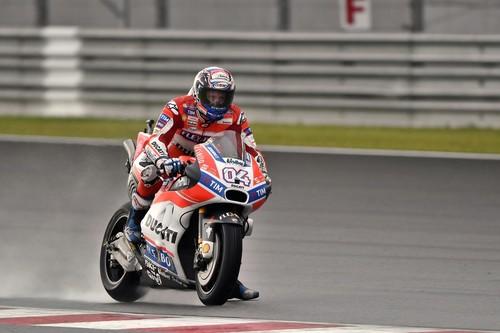 Dovizioso niega el alirón de Márquez en Malasia con una tensa (y algo polémica) victoria sobre Lorenzo