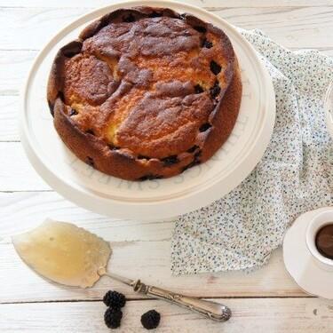 Receta de pastel de queso ricotta y moras, un postre para los que no se deciden entre tarta o bizcocho