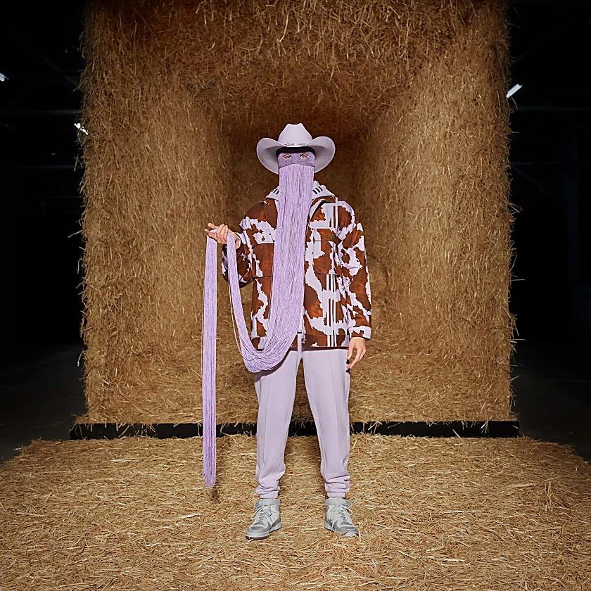 Chaqueta adidas x IVY PARK que luce un estampado de vaca en color lila y marrón. Se ha confeccionado en tejido vaquero y presenta un corte holgado que le aporta un toque informal.