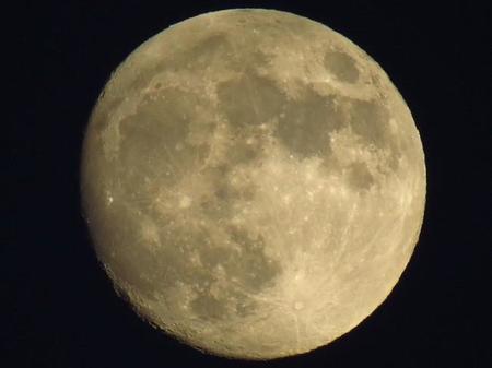 Los astrónomos explican por qué la Luna tiene forma de limón