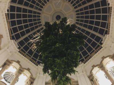 La Tate Britain cuelga su peculiar árbol de Navidad del revés