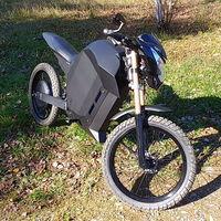 De trozos de metal a rodar a 100 km/h: este youtuber se ha hecho en casa una moto eléctrica por menos de 3.400 euros