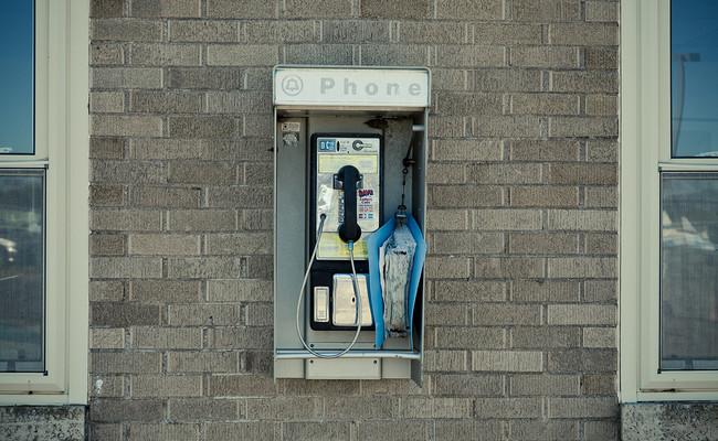 La extraña resistencia de la cabina de teléfono: aún hay miles de ellas y siguen dando dinero