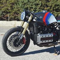 ¡Única en su especie! Esta radical BMW K1 Cafe Racer se desnuda para enseñarnos su motor de 16 válvulas y 100 CV