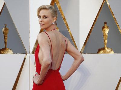 Charlize Theron es la mujer de rojo de los Oscar 2016