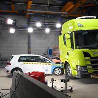 En este vídeo Scania estrella un Volkswagen Golf contra su primer camión eléctrico para poner a prueba las baterías