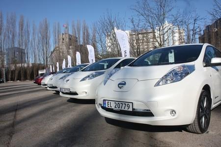 Noruega piensa en cortar el grifo de las ayudas a los coches eléctricos, mientras los alemanes quieren abrirlo más