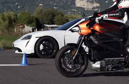 ¡Apuesten! Batalla de eléctricos en una carrera entre la Harley-Davidson LiveWire y el Porsche Taycan Turbo