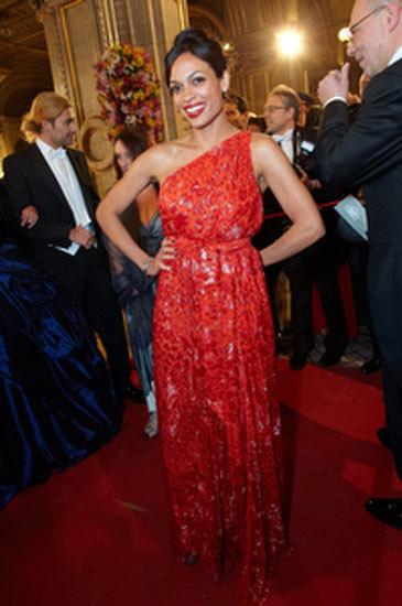 El vestido de noche Ferragamo que Rosario Dawson lució en la Ópera de Viena