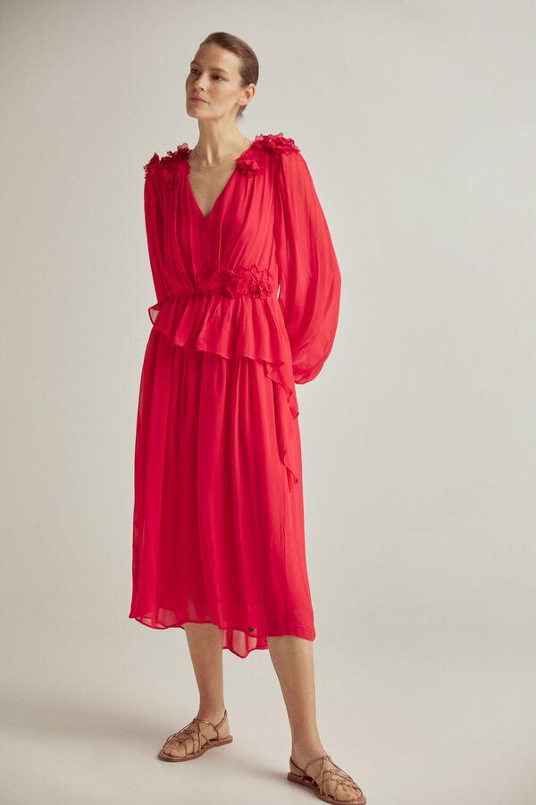 Vestido escopte pico, manga larga, detalle de volante y flores en cintura y hombros, tejido viscosa
