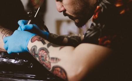 Mitos y verdades sobre los tatuajes: ¿pueden ponerme la epidural? ¿puede darle el sol?