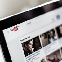 YouTube no te permite editar vídeos ya subidos, pero Apple y grandes discográficas sí pueden hacerlo: estos ejemplos lo muestran