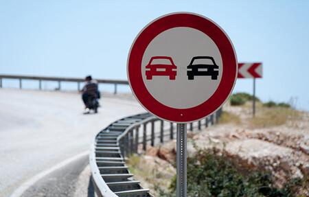 La DGT modifica la norma de adelantamiento a ciclistas y ciclomotores para reforzar la seguridad y evitar accidentes