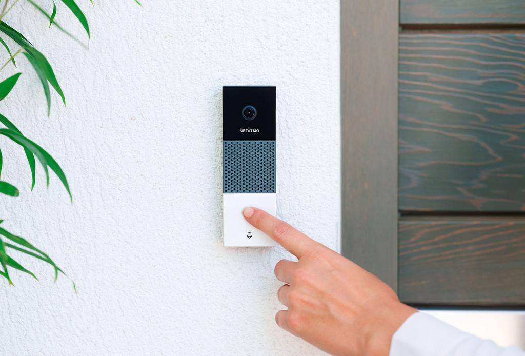 El Timbre con Vídeo Inteligente de Netatmo permite que atendamos la puerta sin estar en casa y nos avisa de los merodeadores