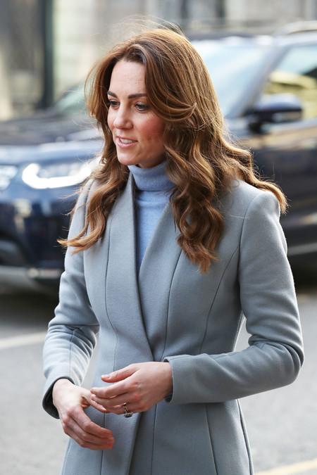 Kate Middleton se apunta a la tendencia del azul claro para conseguir un look de trabajo sencillo pero perfecto