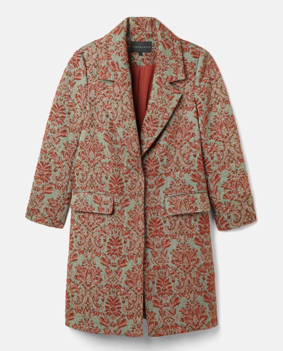 """Todo al negro en el interior, todo al color en el exterior. Este abrigo de Tintoretto, de inspiración bohemia y vintage, es el que te resolverá los días de """"no sé qué ponerme para destacar sin complicarme"""". ¿Lo tuyo es el maximalismo? Mezcla esta prenda con un vestido estampado y a triunfar."""