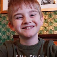 Obligan a un niño de siete años con autismo a llevar un chaleco reflectante en el patio para diferenciarlo del resto
