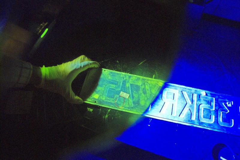 Luz Ultravioleta Para Examinar Una Matricula Falsa