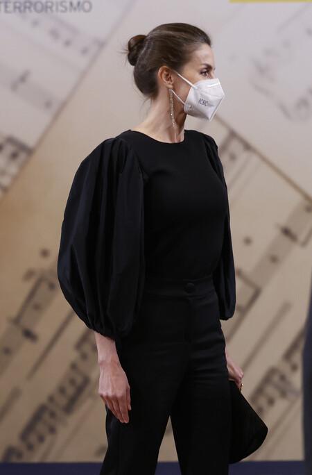 Doña Letizia luce un look sencillo pero divino gracias a un top de tendencia ideal en concierto en homenaje a las víctimas del terrorismo