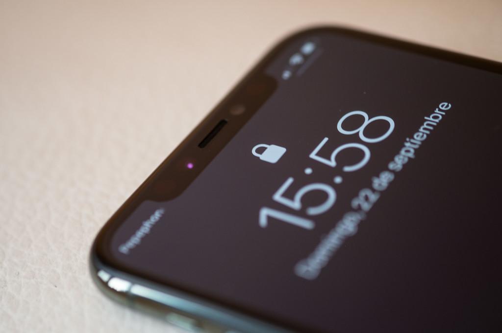 ¿Cuánta batería se ahorra usando el manera oscuro? Un reciente test pone a prueba la autonomía del iPhone en manera oscuro y claro