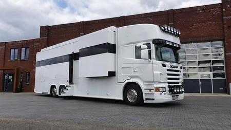 Este camión camperizado con garaje y baño de piedra natural es un palacio sobre ruedas, y está a la venta