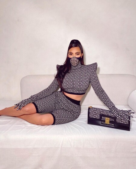 Esta es la mascarilla de Balmain que triunfa en el street style e incluso ha conquistado a Rosalía y Kim Kardashian