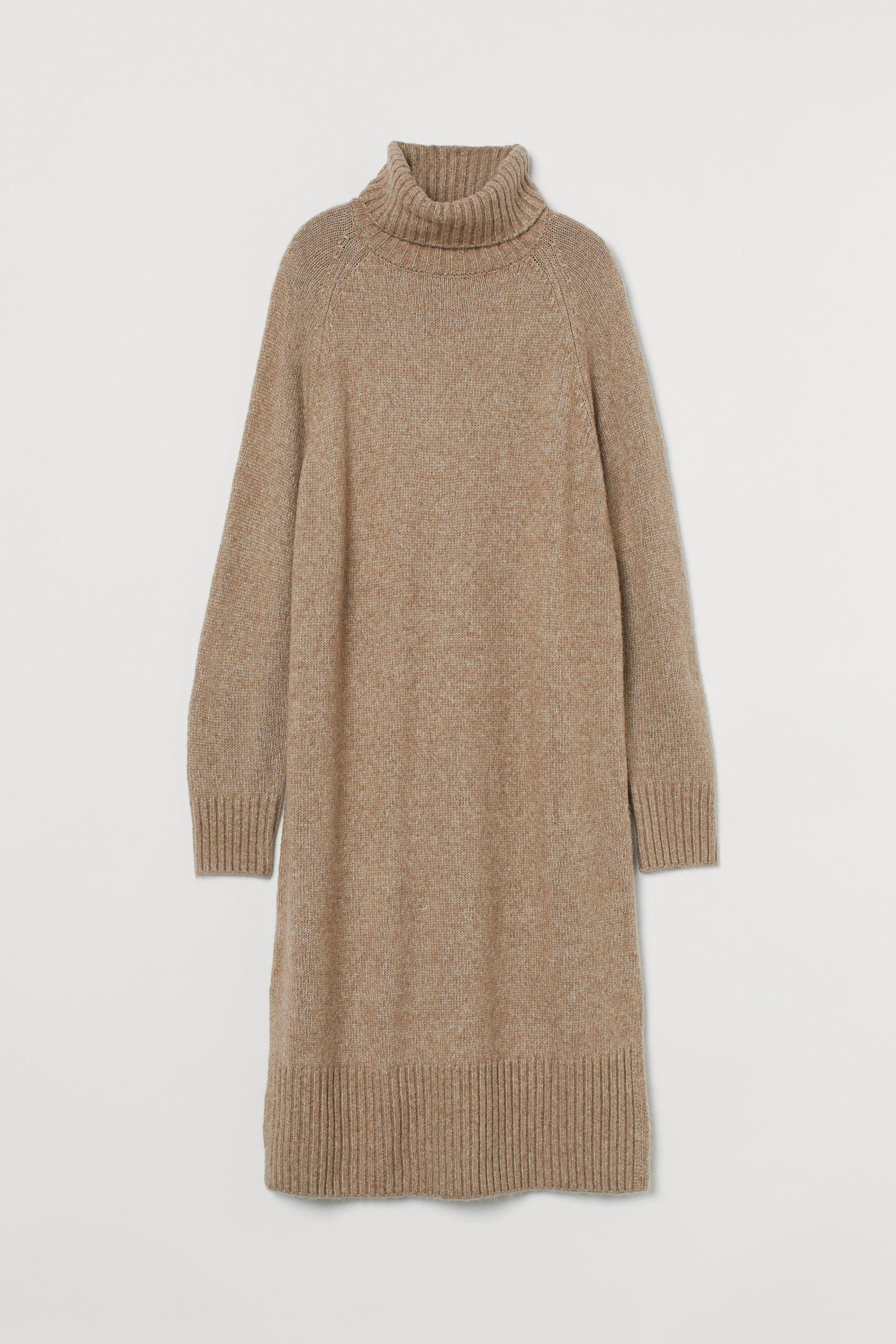 Vestido midi en punto suave con lana en la trama. Modelo con mangas raglán largas, cuello alto de canalé y aberturas laterales cortas. Puños y bajo en punto de canalé.