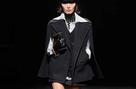 La camisa disco y los vestidos largos con botas militares: las propuestas de Valentino que copiaremos el próximo otoño
