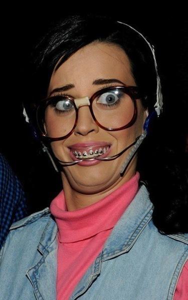 Katy Perry, un gallo más y puedes montar una pollería