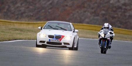 BMW M3 vs BMW S 1000 RR: duelo en casa