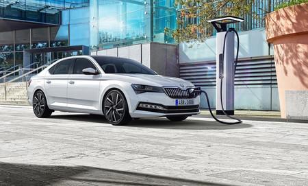 El Škoda Superb iV híbrido enchufable partirá de 39.950 euros con 55 km de autonomía y etiqueta CERO